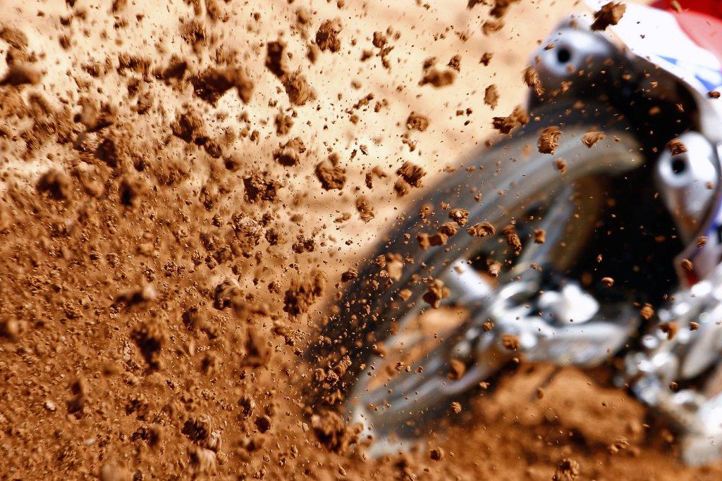 motorbike-kicking-up-dirt