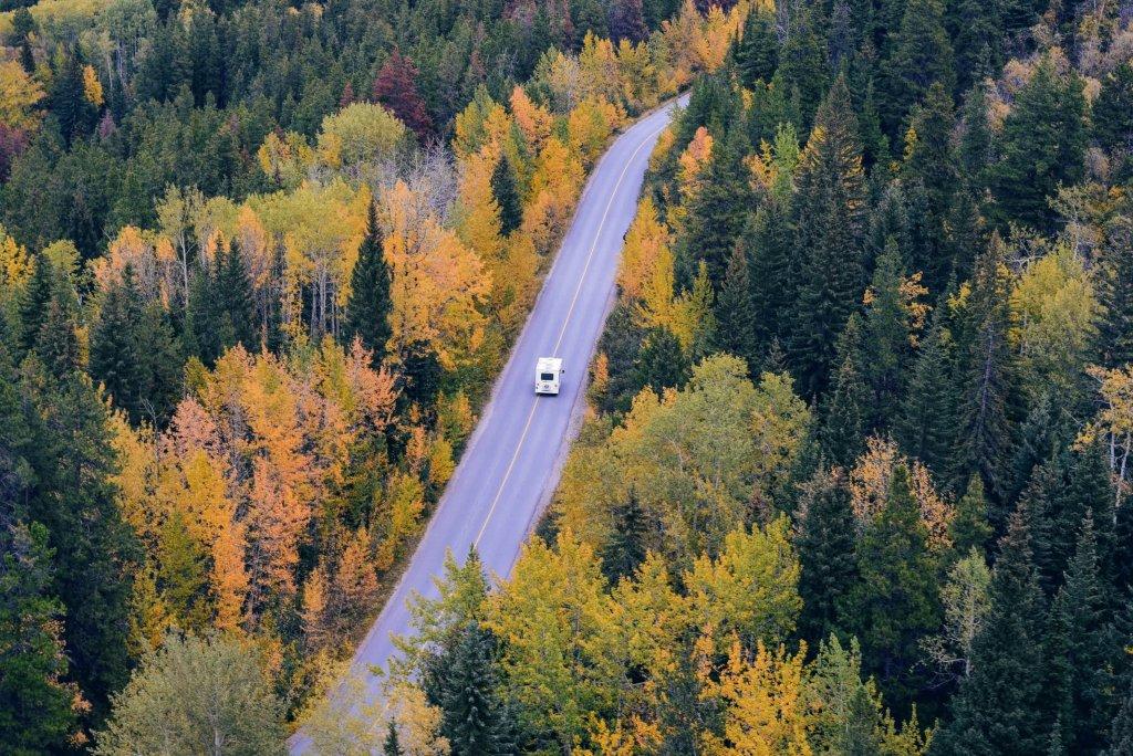 motorhome-driving-on-road